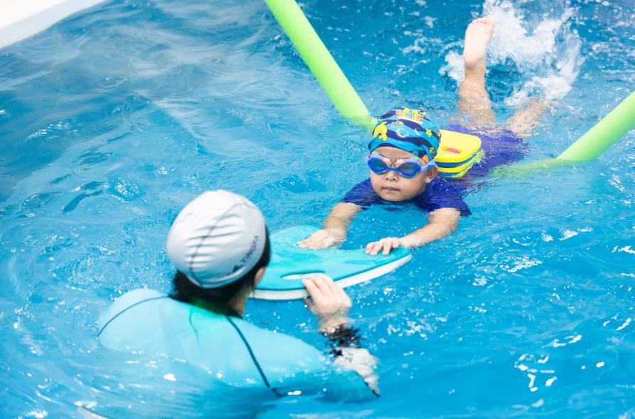 泡泡塘少儿游泳课程