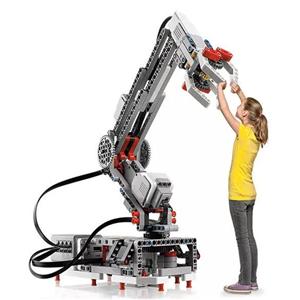 机器人教育培训班站着