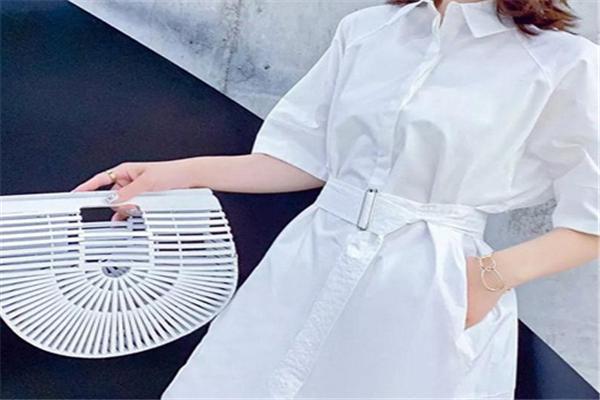 2号街角白裙子