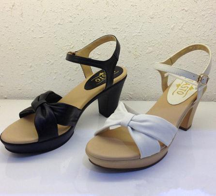 百思图女鞋黑白色