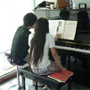 鉑聲鋼琴培訓坐著