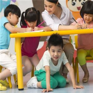 风华幼儿园玩耍