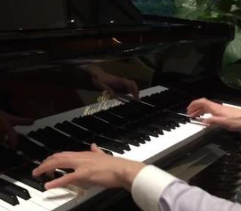 通远琴行弹钢琴