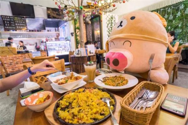 小猪咖啡餐厅坐着