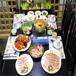 明哲家烤肉餐桌
