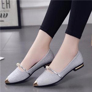 一腳蹬女鞋腳上