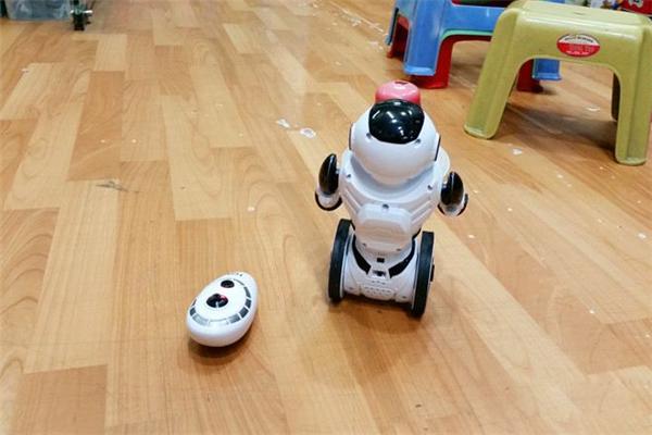 小朵智能机器人室内