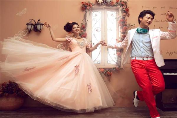情忆时尚婚纱摄影
