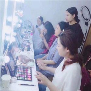 CL國際美甲化妝培訓學院坐著