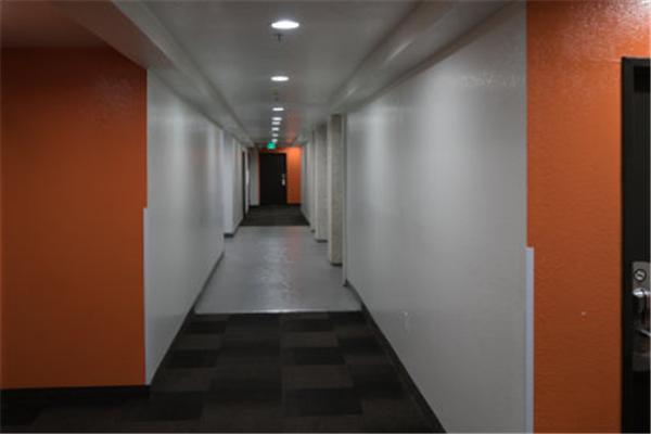 果岭19商务酒店走廊