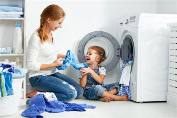 洗衣媽媽開心拿衣
