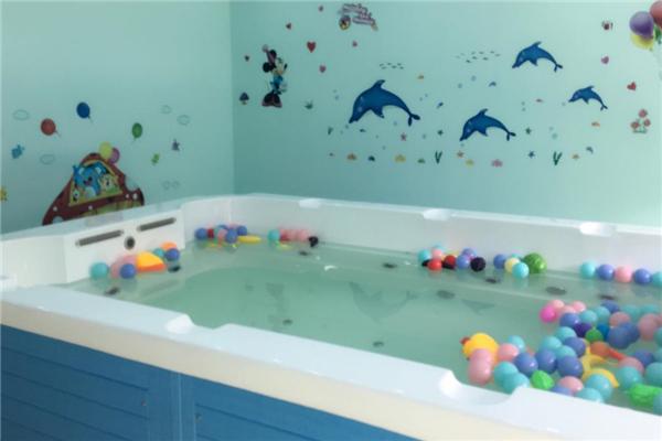 可爱可亲婴儿游泳馆海豚