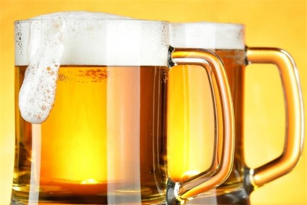 鲁鲜精酿原浆啤酒两个杯子