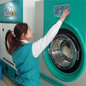 新一代绿色干洗工作人员