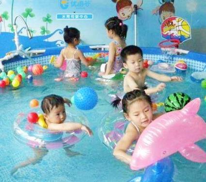 海豚啵啵婴童游泳馆玩耍
