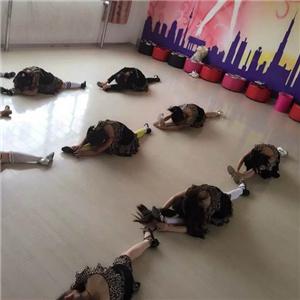 樂翻天國際藝術學苑壓腿