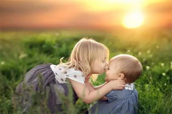 天使儿儿童摄影亲吻