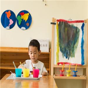 自然树幼儿园画画