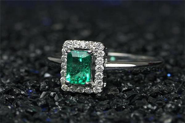 星城祖母绿水晶戒指