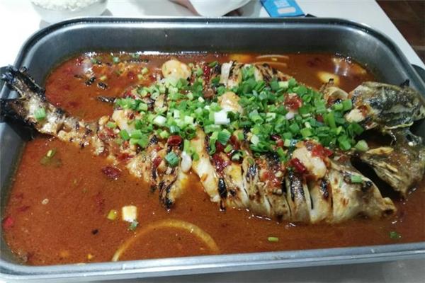 暮色江边烤鱼肉质鲜嫩