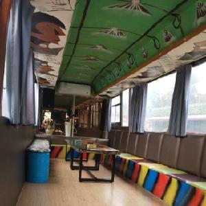 分享巴士主題餐吧環境