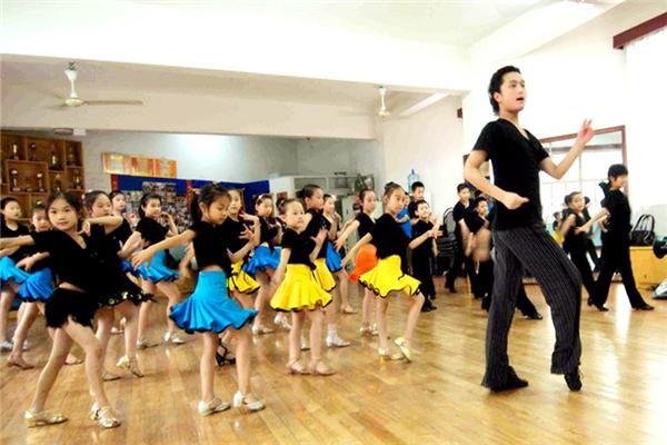 萤火虫文化艺术中心舞蹈教学