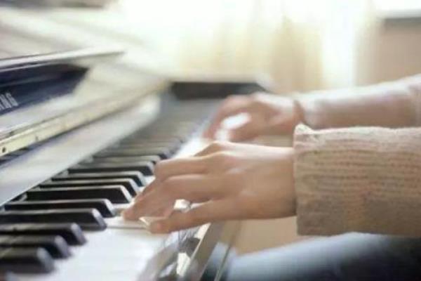 刘诗昆艺术学校弹奏
