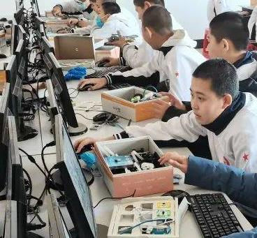 比特創客機器人教育一起學習