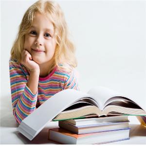 天才家族幼儿园看书