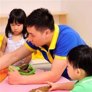 天才家族幼儿园老师